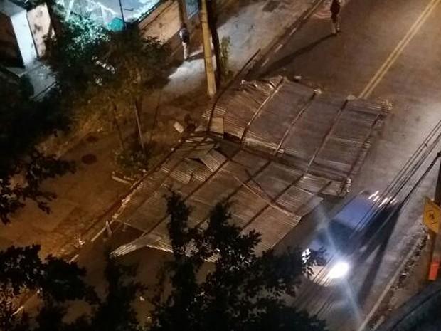 Telhado foi parar no meio da Rua das Laranjeiras (Foto: G1)