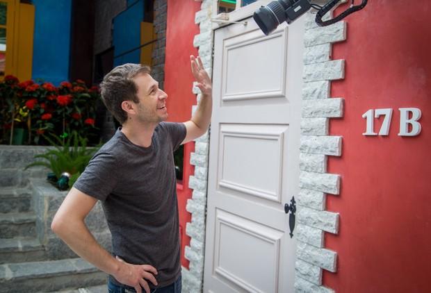 Tiago Leifert brinca com uma das câmeras da casa do BBB 17 (Foto: Globo/Paulo Belote)