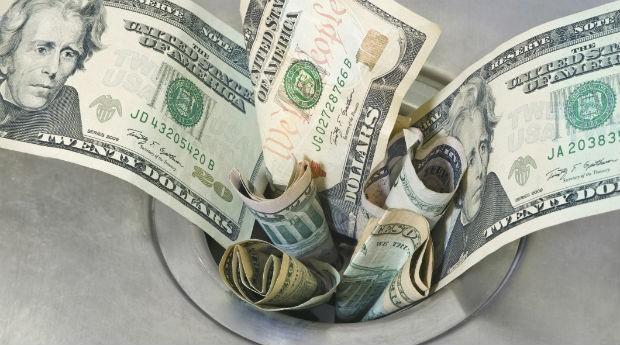 Dinheiro indo pelo ralo: cuidado para não perder dinheiro (Foto: Thinkstock)