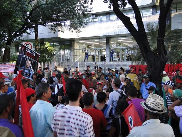 MST manifesta em frente ao fórum por causa do adiamento do júri da chacina de Felisburgo (Foto: Pedro Cunha/G1)
