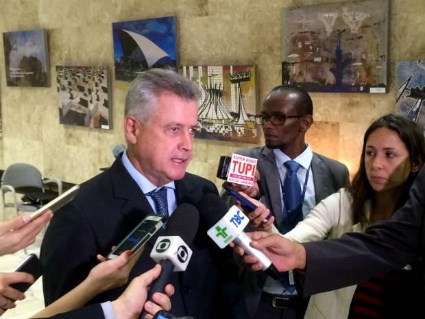 Governador Rodrigo Rollemberg em entrevista antes de reunião com governadores, em Brasília, nesta segunda (12) (Foto: Mateus Vidigal/G1)