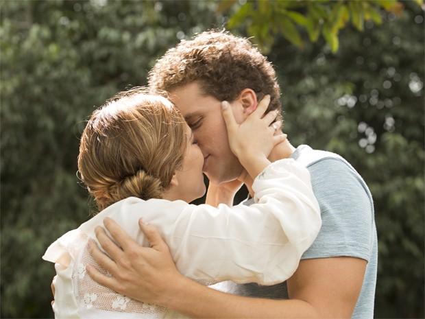 Os atores gravam cena do beijo de Cris e Vini (Foto: Felipe Monteiro / Gshow)