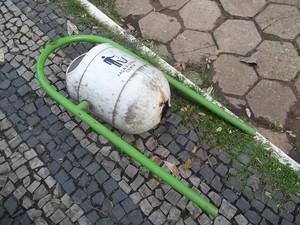 Durante a semana algumas lixeiras estavam arrancadas e jogadas ao chão. (Foto: Diego Souza/G1)