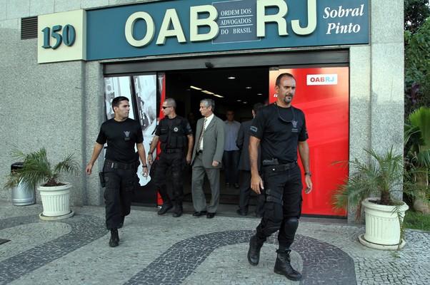 Bomba no prédio OAB, no Cetnro. Integrantes do Esquadrão Anti-bombas saaem do prédio após realizarem uma varredura (Foto:  Carlos Ivan / Agência O Globo)