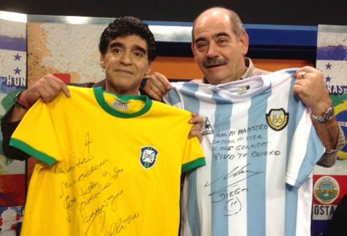 Maradona e Rivelina trocam camisas autografadas de Argentina e Brasil (Foto: De Zurda)