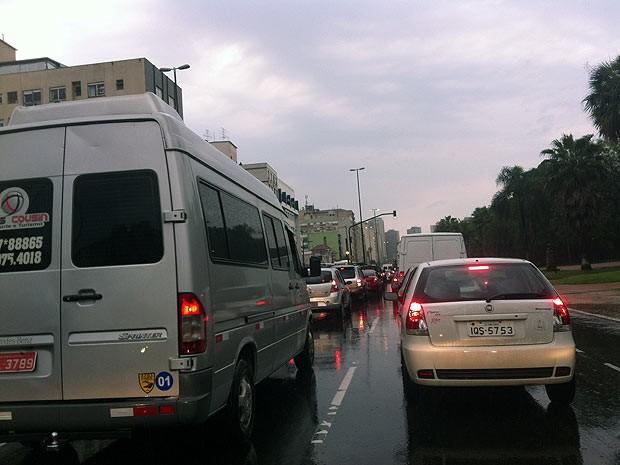 Trânsito fica congestionado na avenida João Pessoa, em Porto Alegre (Foto: Luiza Carneiro, G1)