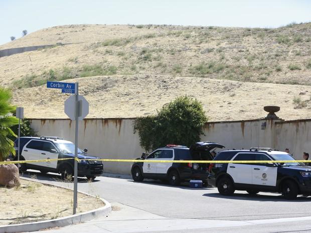 Polícia de Los Angeles chega à casa de Chris Brown, onde ele foi preso nesta terça (Foto: AP Photo/Damian Dovarganes)