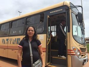 Aposentada diz que escapou porque motorista notou ladrões no ônibus e parou em posto policial (Foto: Murilo Velasco/G1)
