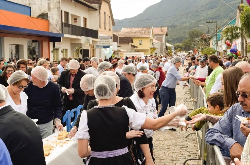 Cuca foi distribuída para mais de 7 mil pessoas em Corupá (Foto: Prefeitura de Corupá/Divulgação)