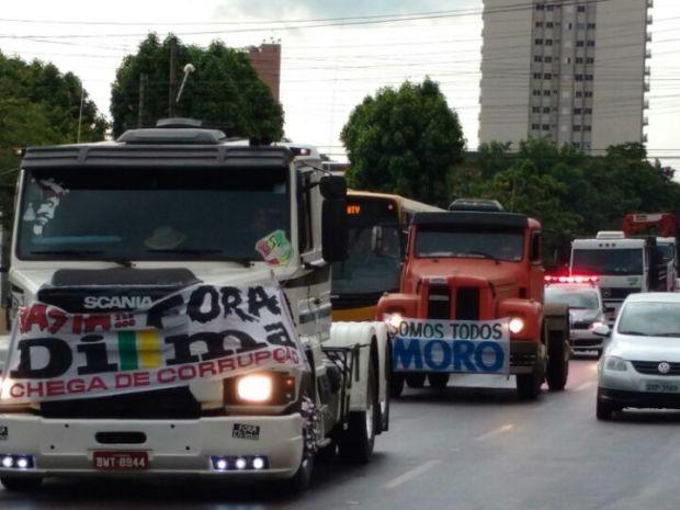 Carreata em Assis protesta contra o governo (Foto: Fernanda Ubaid / TV TEM)