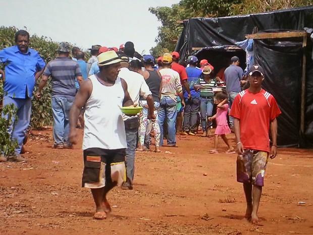 Grupo ligado ao Movimento dos Sem-Terra que participa da invasão a uma fazenda no DF para denunciar trabalho escrevo (Foto: TV Globo/Reprodução)