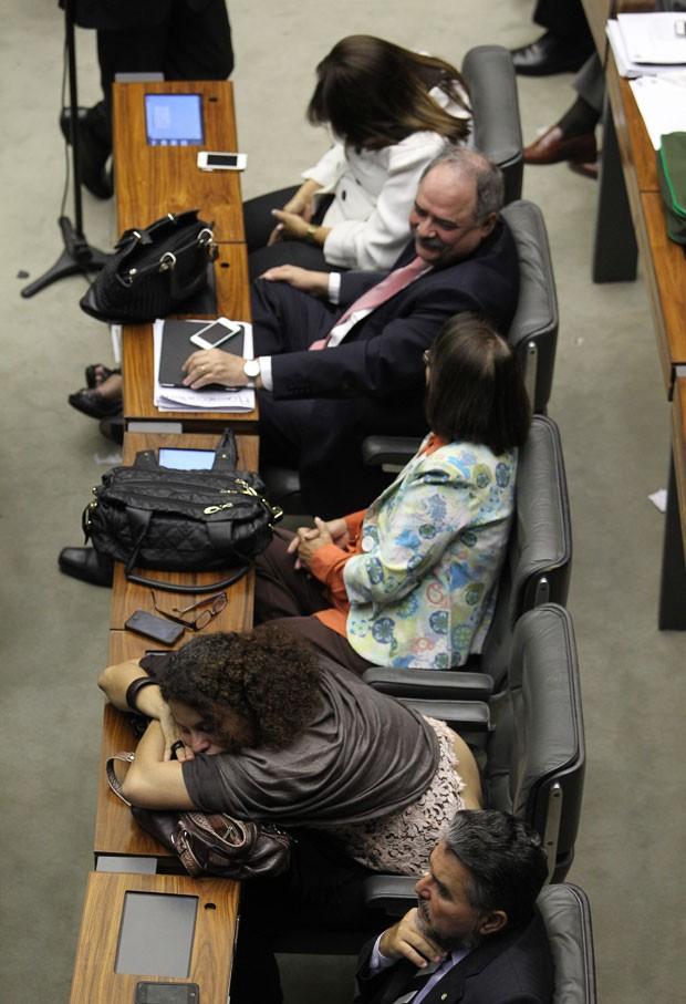 Parlamentares dormem no plenário após várias horas da sessão que varou a madrugada (Foto: Dida Sampaio/Estadão Conteúdo)