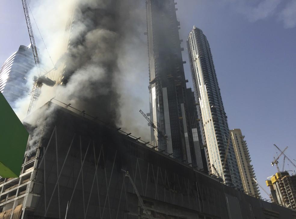 Canteiro de obras em chamas em Dubai, neste domingo (2) (Foto: AP Photo/Jon Gambrell)