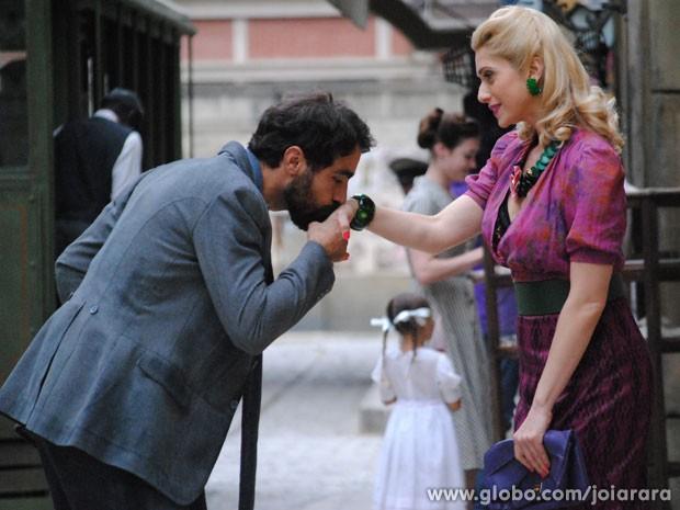 Português fica para lá de feliz com o convite da vedete (Foto: Joia Rara/ TV Globo)