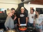 Campeão do Super Chef, André Marques recebe famosos em casa