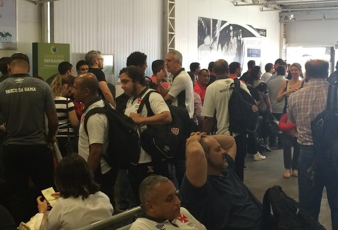 Jogadores de Flamengo e Vasco no aeroporto (Foto: Ivan Raupp)
