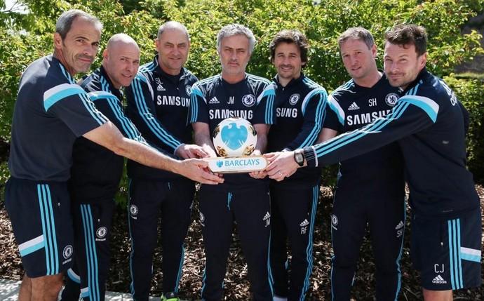 José Mourinho e comissão técnica Chelsea troféu melhor treinador Premier league (Foto: Reprodução Twitter)