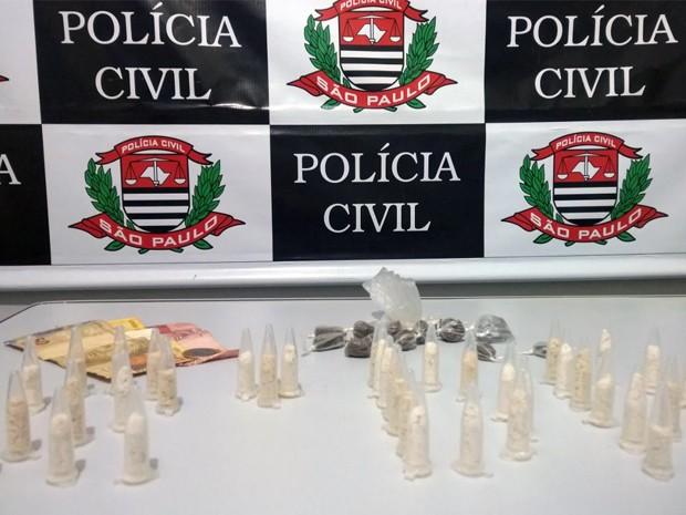 Dois são detidos com maconha e cocaína após denúncia em Caraguá (Foto: Divulgação/ Polícia Civil)