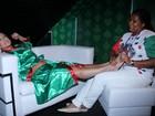 Antes de desfilar como rainha, Susana Vieira ganha massagem
