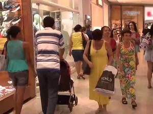 Sindicato de Lojistas da Bahia, apontam que os altos juros levaram a uma redução de 30% no uso do cartão de crédito (Foto: Imagem/TV Bahia)