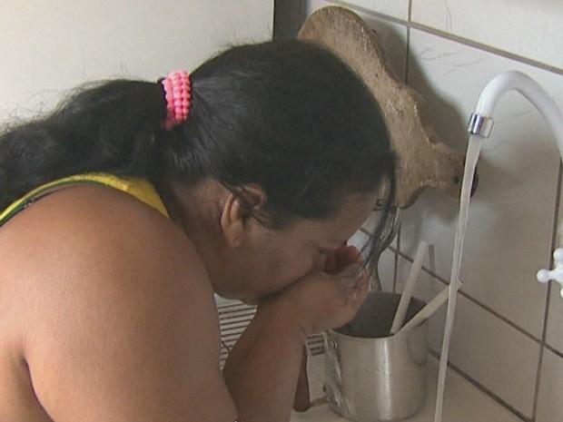 Moradores dizem que água tem saído com cheiro forte das torneiras (Foto: Reprodução/Rede Amazônica Acre)