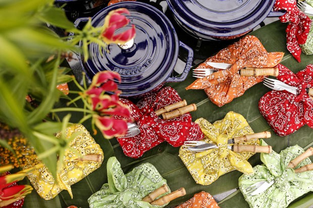 Mesa de festa decorada com as cores da Bahia, por Vamos Receber (Foto: Julio Acevedo)