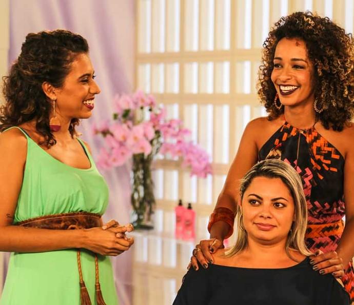 Carla Lemos e Aline Prado conversamm com a primeira participante do 'Belíssima' (Foto: Luiz Cláudio Costa)