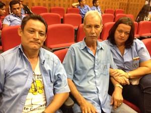 Reginaldo Ferreira e o casal Adalberto e Edineia amargam quatro meses sem salários (Foto: Toni Francis/G1)