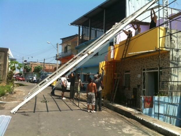 Manhã desta quarta (19) foi de trabalho para moradores atingidos pelo temporal em Manaus (Foto: Ana Graziela Maia/G1 AM)