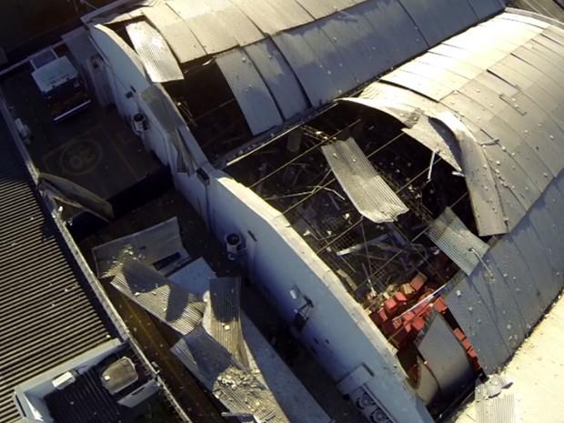 Cobertura da base da Protege foi danificada pela explosão durante o assalto em Campinas (Foto: Reprodução / EPTV)