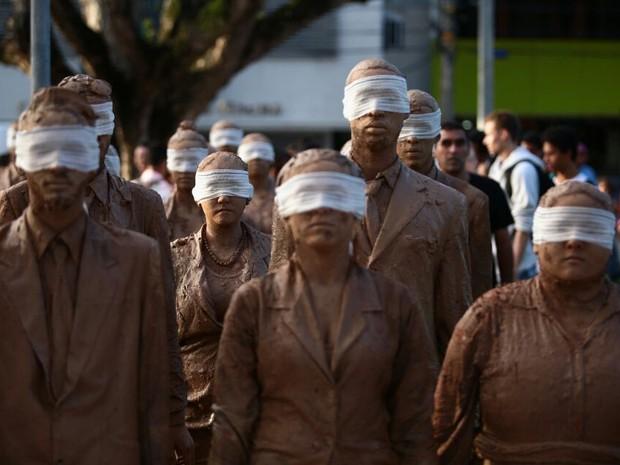 Os cegos fazem uma crítica à condição massacrante que caracteriza o ambiente corporativo, e em grupo caminharam peas ruas do centro da cidade (Foto: Jonathan Lins/G1)