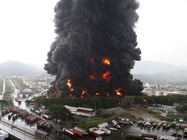 Bombeiros apagaram um incêndio em um tanque de armazenamento de uma refinaria de petróleo da Venezuela (Foto: Reuters)