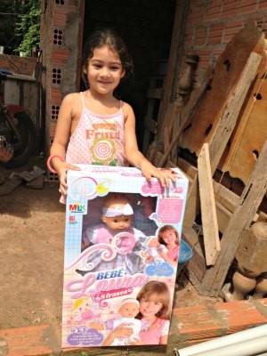 A pequena Maria Clara de 4 anos ganhou uma boneca de Natal (Foto: Larissa Matarésio/G1)