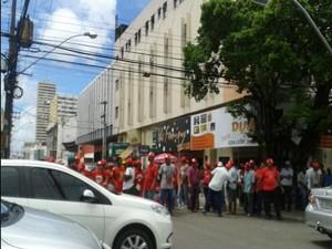 Representantes do Movimento Sem Terra (MST) fizeram um protesto no fina da manhã no Centro de Aracaju. Segundo um de seus representantes o motivo do protesto foi a falta de atenção de alguns bancos com relação a linha de crédito para os assentados. (Foto: Magna Santana)