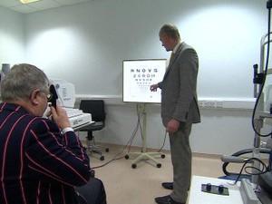 Depois do tratamento, Wyatt passou a enxergar três linhas a mais em um teste de visão (Foto: BBC)