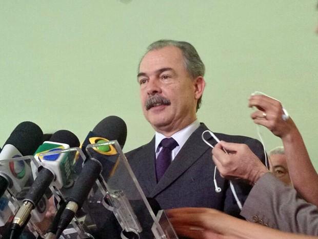 O ministro-chefe da Casa Civil, Alozio Mercadante, fala a jornalistas no Palácio do Planalto (Foto: Laís Alegretti/G1)