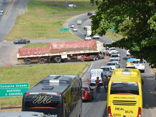 Retorno da BR-230 próximo ao viaduto da BR-101 ficou bloqueado por carreta (Foto: Walter Paparazzo/G1)