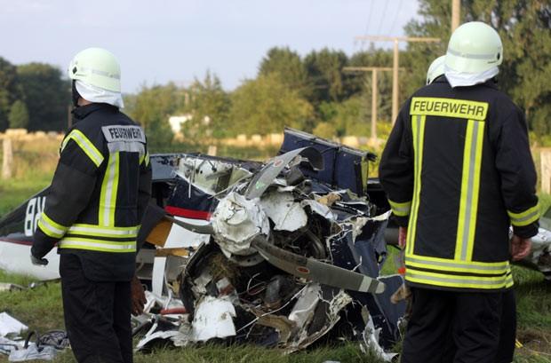 Bombeiros trabalham no local do acidente desta terça-feira (27) na cidade alemã de Frönderberg (Foto: Fabian Weisser/DPA/AFP)