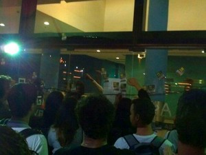 Do lado de fora, pessoas deram apoio a militantes que saíram para se reunirem em assembleia (Foto: Juliana Borges/ G1 ES)