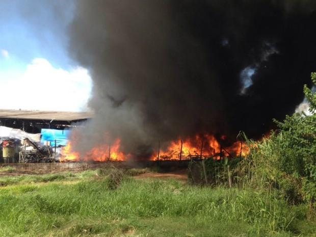 Barracão de recicláveis pega fogo desde às 9h em Tatuí (Foto: Arquivo Pessoal/ Leandro Barros)