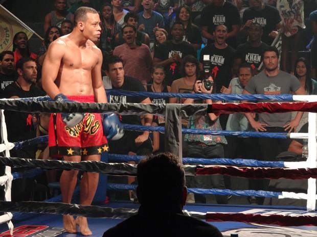 Lutador faz graça pra provocar o adversário... (Foto: Helcio Neto / Gshow)