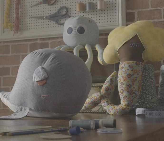 Os brinquedos de pano alegram as crianças (Foto: TV Globo)