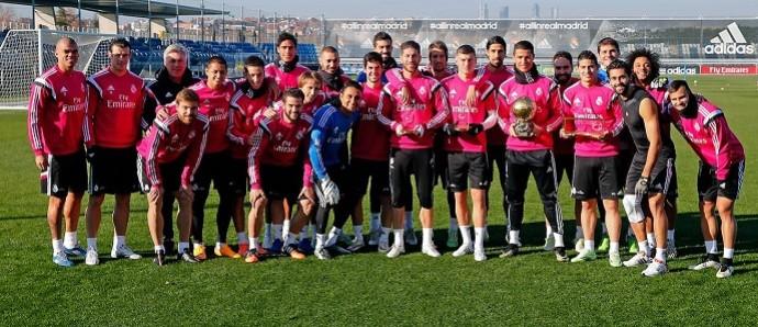 Elenco do Real Madrid posa com Cristiano Ronaldo e a Bola de Ouro (Foto: Divulgação)