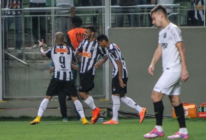 Jogadores do Atlético-MG comemoram gol diante do Santos no Independência (Foto: Bruno Cantini)