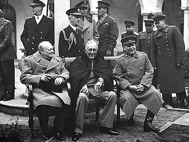 Foto histórica mostra o encontro do prrmiê britânico Winston Churchill (esquerda), presidente dos EUA Franklin D. Roosevelt (centro) e premiê soviético Josef Stalin (direita) durante a Segunda Guerra Mundial (Foto: AFP PHOTO/HO)