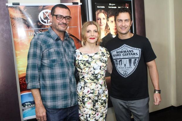Os atores Maria Padilha e Gabriel Braga Nunes com o diretor Paulo Caldas em estreia de filme no Rio (Foto: Raphael Mesquita/ Foto Rio News)