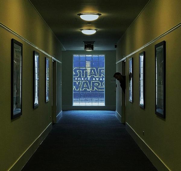 O diretor Rian Johnson nos bastidores da pós-produção de 'Star Wars: Episódio VII' (Foto: Instagram)