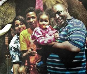Foto não datada mostra Eric Garner com sua família (Foto: AP Photo/Family photo via National Action Network, File)
