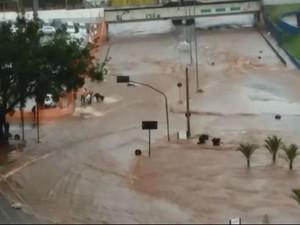 Motociclista é resgatado de enchente na avenida Nações Unidas em Bauru (Foto: Arquivo pessoal/Fábio Verdu)