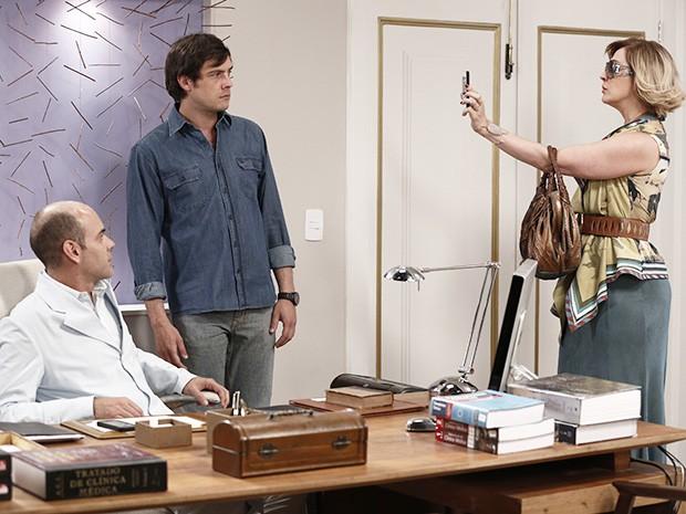 Samantha mostra a foto no celular e pede explicações (Foto: Inácio Moraes/Gshow)